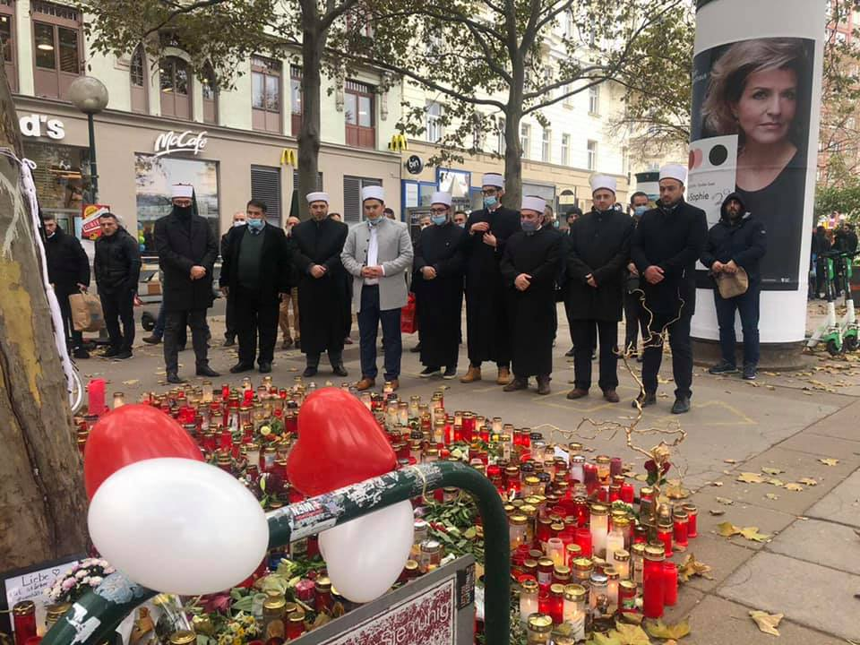 Imame und Vorsitzende albanischer Moscheen gedenken und beten für die Opfer des Terroranschlags in Wien